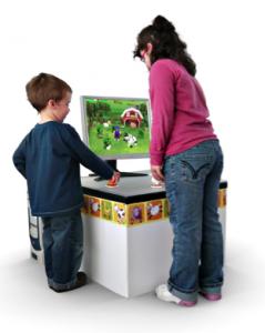 Zwei Kinder vor dem NIKVision-Tabletop